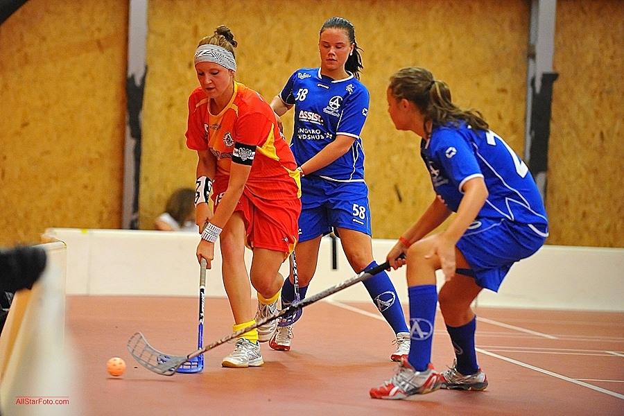 Marie Marková v obležení švédských hráček (foto: AllStarFoto.com)